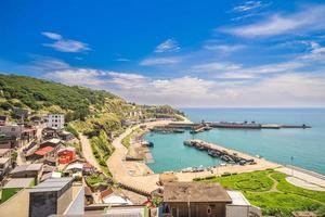 Vista aérea de Dongyin con Jhongjhu Harbour, Matsu, Taiwán foto