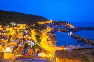 Vista nocturna de la aldea de Lehua Zhongliu y el puerto de Zhongzhu, Taiwán foto