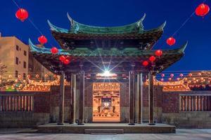 vista nocturna del templo de lung shan en lukang, taiwán foto