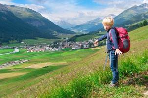 un niño durante una caminata por la montaña foto