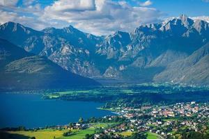 Alto lario lago de como lecco con altas montañas en el fondo foto