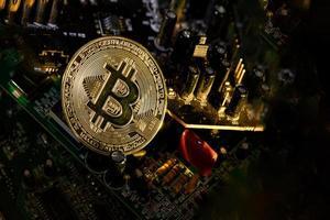 Circuitos electrónicos con una moneda cryptovaluta en reposo. foto