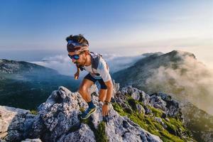 Atleta de ultra maratón en las montañas durante un entrenamiento foto