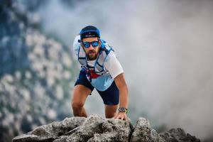 Retrato de hombre corredor de ultramaratón en acción foto