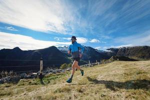 un corredor entrena en prados de montaña foto