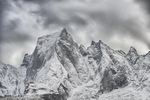 la cara norte de la montaña de los alpes réticos en suiza. pizzo badile foto