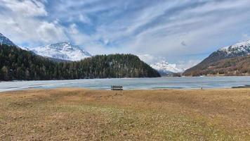 paisaje de montaña en el valle de la engadina cerca de sankt moritz. en el deshielo de primavera foto