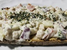 ensalada rusa y tostadas de perejil foto