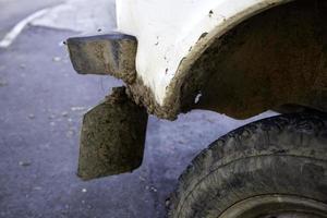 ruedas de coche embarradas foto