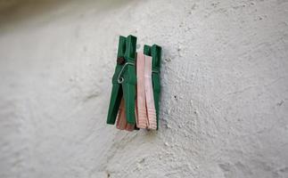 Detalle de pinzas de madera foto