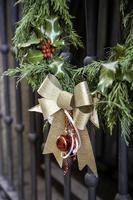 puerta corona de navidad foto