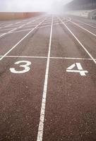 pista de atletismo con niebla foto