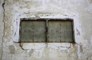 vieja ventana cerrada y abandonada foto