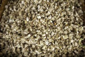 hojas de manzanilla en el mercado foto