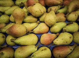 peras orgánicas en un mercado foto