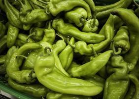 Pimientos verdes ecológicos en un mercado foto