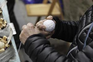 fabricación de bolas artesanales foto