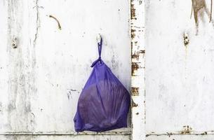 bolsa de basura en contenedor foto
