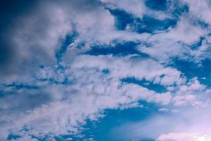 hermosa tarde nubes altas antes de la tormenta foto
