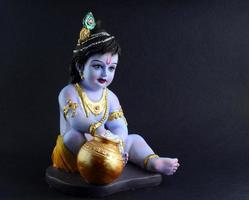 Dios hindú Krishna sobre fondo oscuro foto