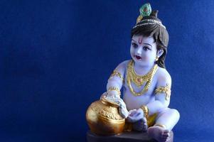 Dios hindú Krishna sobre fondo azul. foto