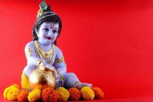 Dios hindú Krishna sobre fondo rojo. foto