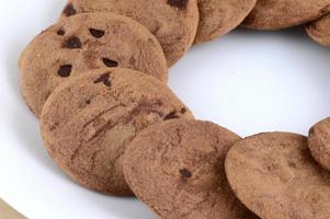 galleta con chispas de chocolate en un plato foto