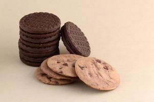 galleta con chispas de chocolate y galleta de crema foto