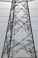 poste de alta tensión, torre de alta tensión sobre fondo de cielo azul. foto