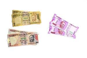 nueva moneda india de rs.2000 y antigua moneda de rs.1000 sobre fondo blanco. Moneda antigua desmonetizada y moneda nueva publicada el 9 de noviembre de 2016. foto