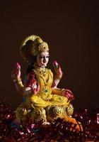 lakshmi - diosa hindú, diosa lakshmi. diosa lakshmi durante la celebración de diwali. festival de luz hindú indio llamado diwali foto