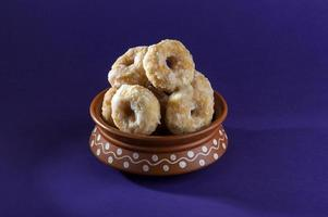 Comida dulce tradicional india balushahi sobre un fondo violeta foto