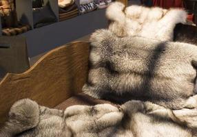 Fundas de pieles de zorro natural en la decoración de un sofá de madera foto