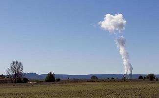 Chimeneas humeantes de una planta de energía nuclear en la provincia de Guadalajara, Castilla la Mancha, España foto