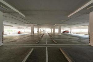 estacionamiento vacío o interior del garaje foto