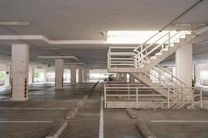 estacionamiento o garaje vacío foto