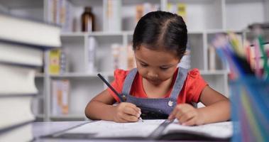 retrato de meninas fazer lição de casa e dormir na mesa da sala de aula. video
