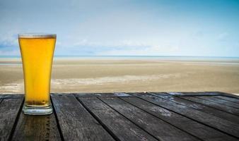 cerveza frente al mar foto