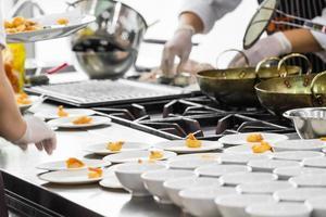 ocupado cocinando con el chef foto