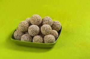 Amaranto o rajgira laddu, cholai ke laddo en placa verde sobre fondo verde foto