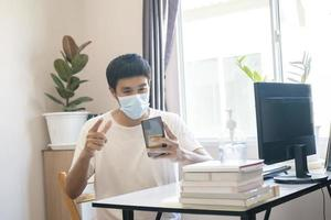 hombre asiático trabaja desde casa foto