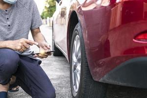 hombre asiático, hacer, inspección del coche foto