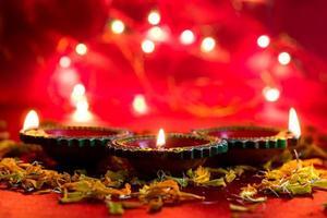 happy diwali - lámparas de arcilla diya encendidas durante la celebración de diwali. diseño de tarjeta de felicitación del festival de luz hindú llamado diwali foto