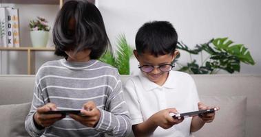 garçon et fille jouant au jeu sur téléphone. video