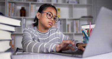 mujer jugando teléfono móvil mientras estudia en línea en casa. video