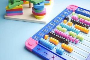 Contando el juguete de aprendizaje de matemáticas en la mesa foto