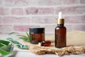 Aceites esenciales de eucalipto en una botella de vidrio con hoja verde sobre fondo blanco. foto
