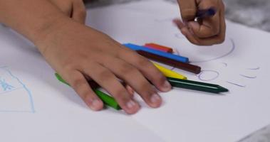 primer plano de la mano del niño eligiendo y recogiendo lápiz de color. video