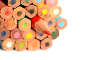 Lápices de colores aislados sobre fondo blanco de cerca foto