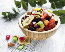 Varias frutas secas y nueces mixtas. foto